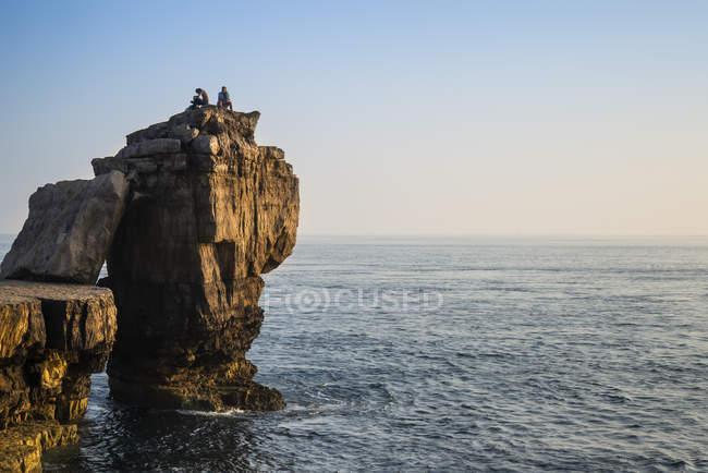 Скелястого обриву краєвид з заходом сонця над океаном — стокове фото