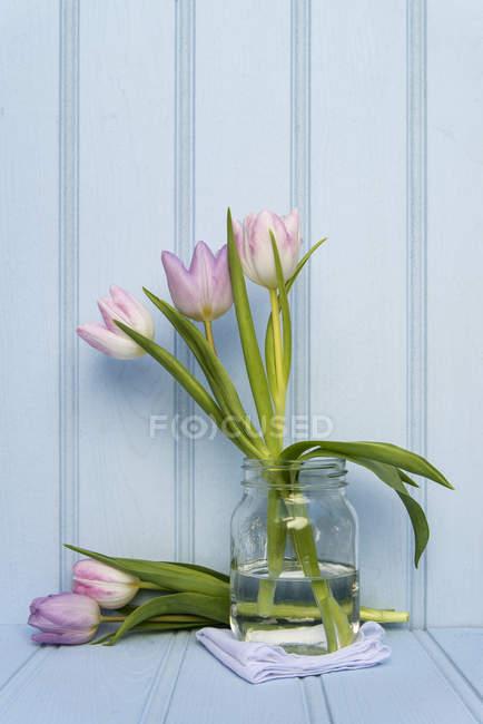 Frühling Blumen Stilleben auf Holz — Stockfoto