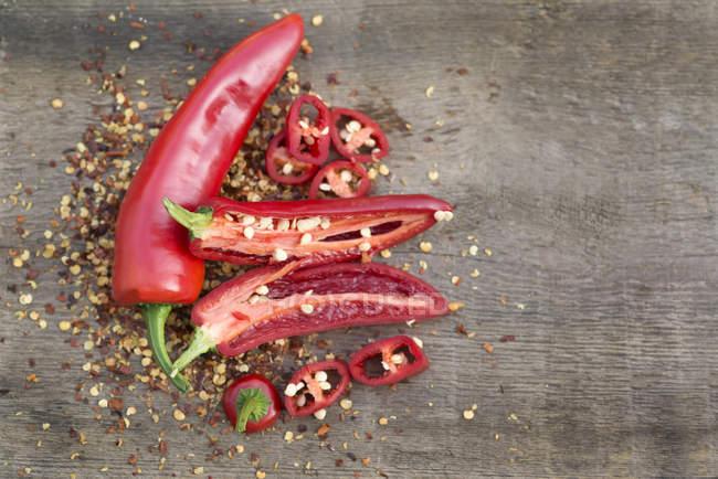 Chile rojo rebanado y entero - foto de stock