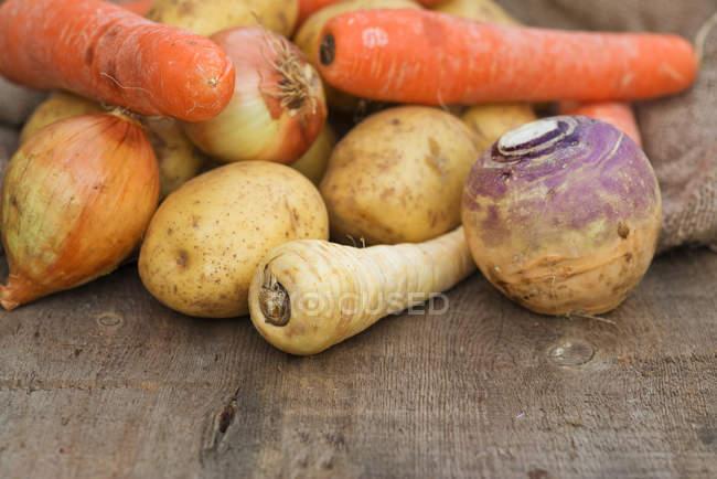 Möhren und Kartoffeln auf Holztisch — Stockfoto