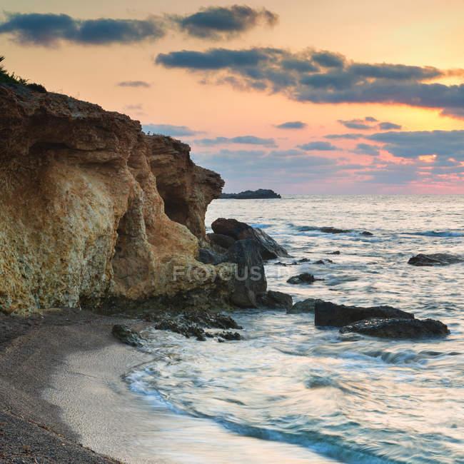 Paesaggio sulla bellissima costa rocciosa — Foto stock