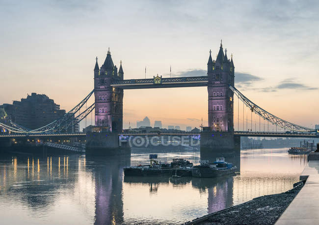 Lever du soleil sur la Tamise et le Tower Bridge — Photo de stock