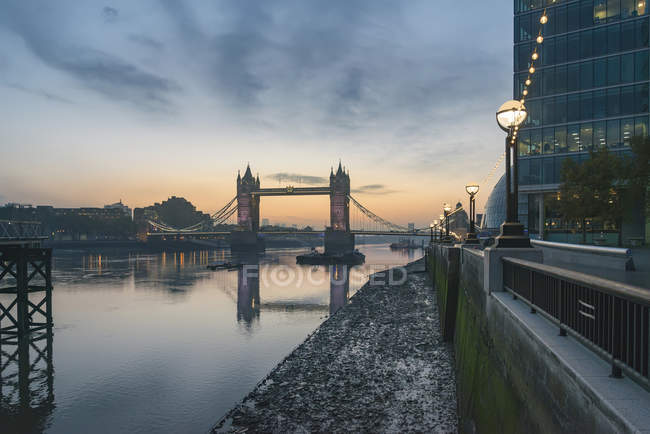 Nascer do sol sobre o rio Tamisa e Tower Bridge — Fotografia de Stock