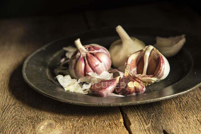 Plato de dientes de ajo fresco - foto de stock