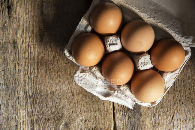 Свежие яйца в коробке — стоковое фото