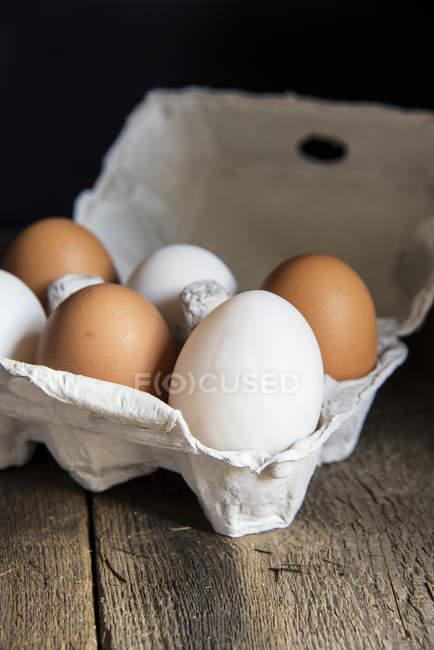 Свежие яйца в яйцо коробки — стоковое фото