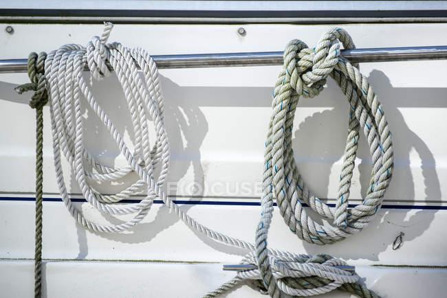 Мотузки й шиповки подробиці на яхті — стокове фото