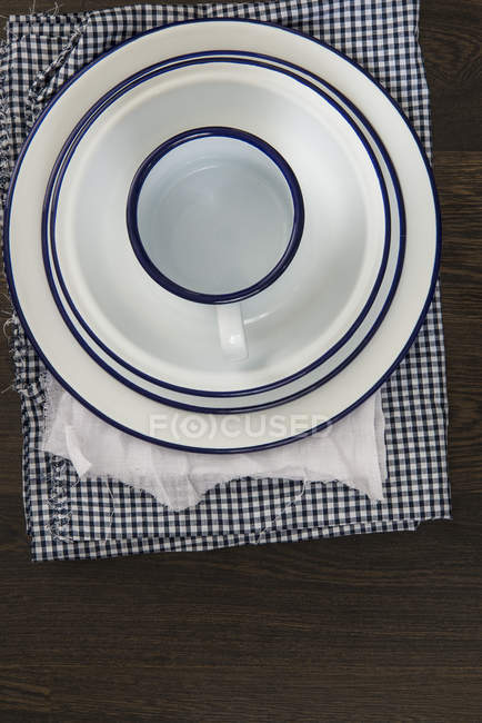 Vintage enamelware crockery on cloths — Stock Photo