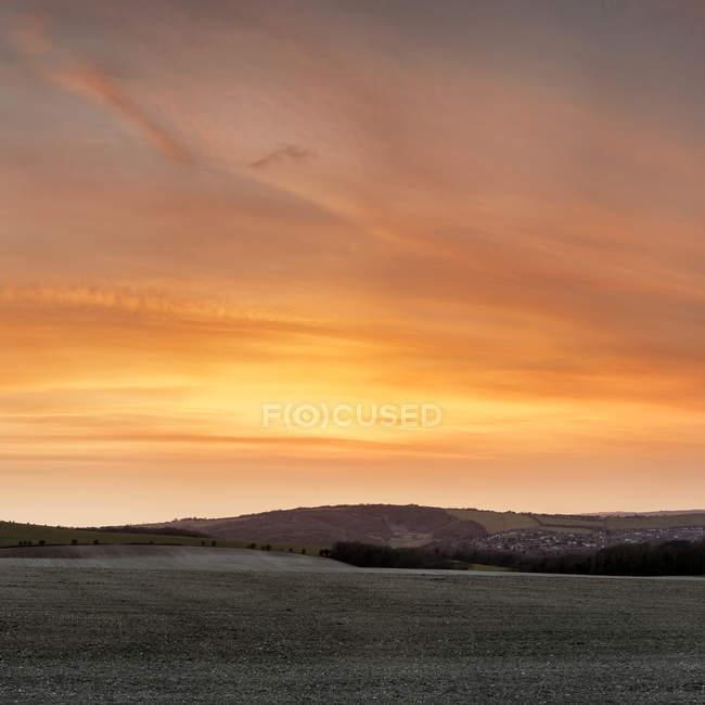Потрясающий закат над фермой — стоковое фото