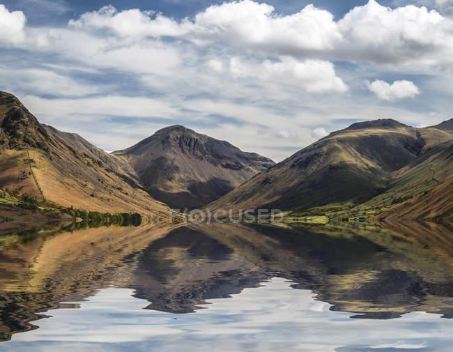 WAST води з гір, відображені в озеро — стокове фото