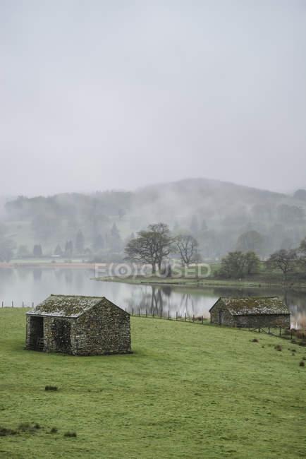 Paisagem na neblina de manhã com vista para campos — Fotografia de Stock