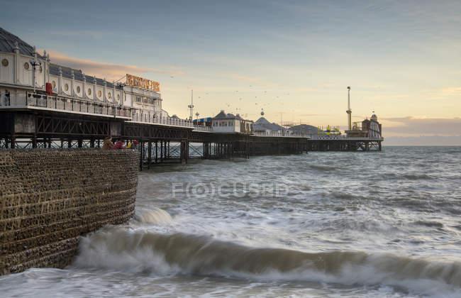 Coucher de soleil d'hiver sur la jetée Brighton — Photo de stock