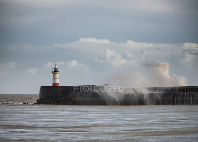 Ondas do mar enorme sobre farol — Fotografia de Stock
