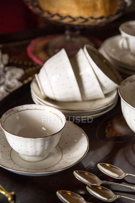 Cups and saucers on serving tray — Stock Photo