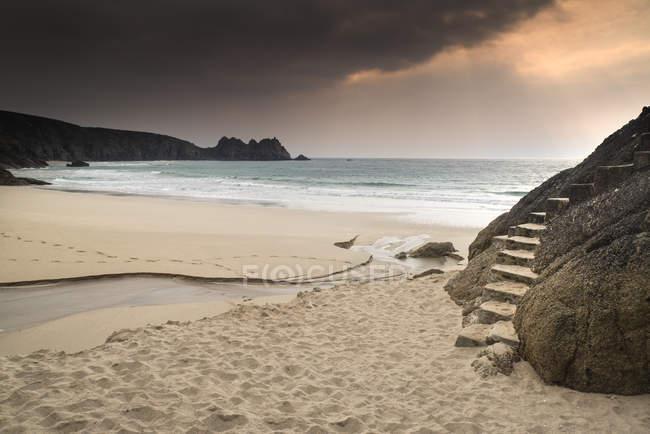 Porthcurno, жовтий пісок пляжу — стокове фото