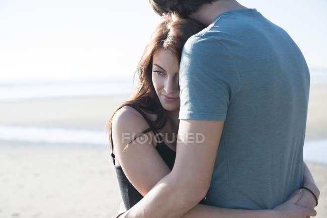 Casal abraçando na praia — Fotografia de Stock