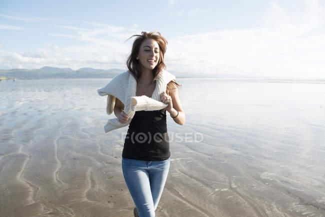 Mujer disfrutando del sol en la playa - foto de stock