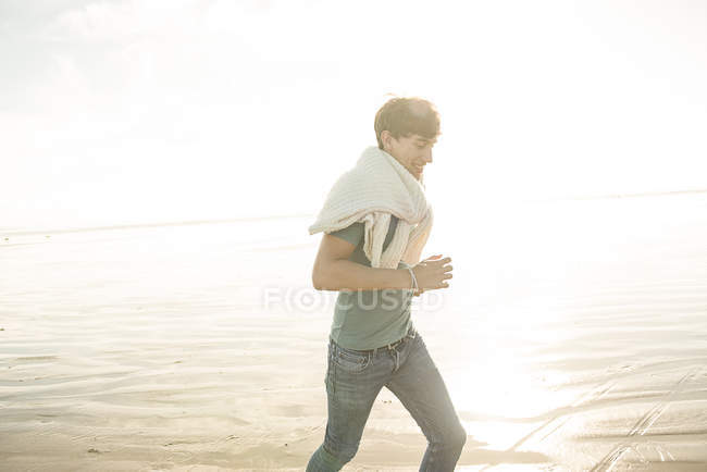 Man enjoying sunshine on beach — Stock Photo