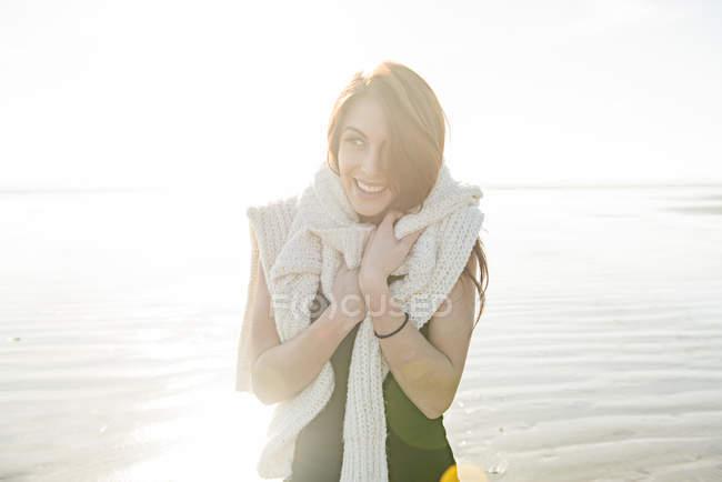 Donna che si gode il sole sulla spiaggia — Foto stock