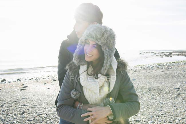 Couple embrassant sur la plage — Photo de stock