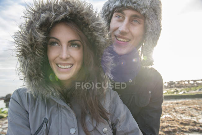 Пара насолоджуючись сонцем і веселяться — стокове фото