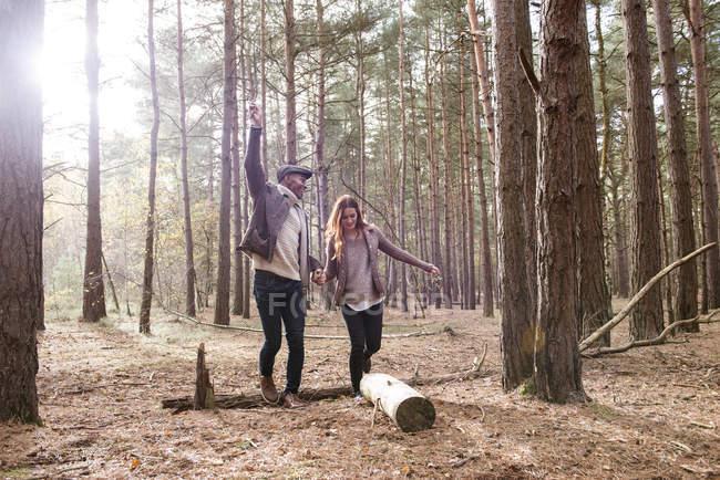 Coppia divertirsi durante la passeggiata nella foresta — Foto stock
