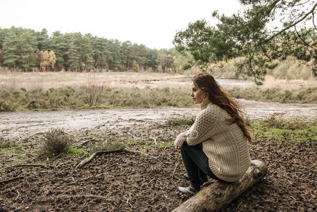 Donna che comunica con la natura — Foto stock