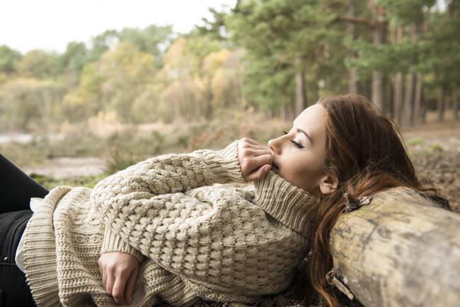 Жінка спілкування з природою на ліс — стокове фото