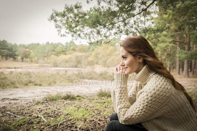 Женщина общается с природой в лесу — стоковое фото