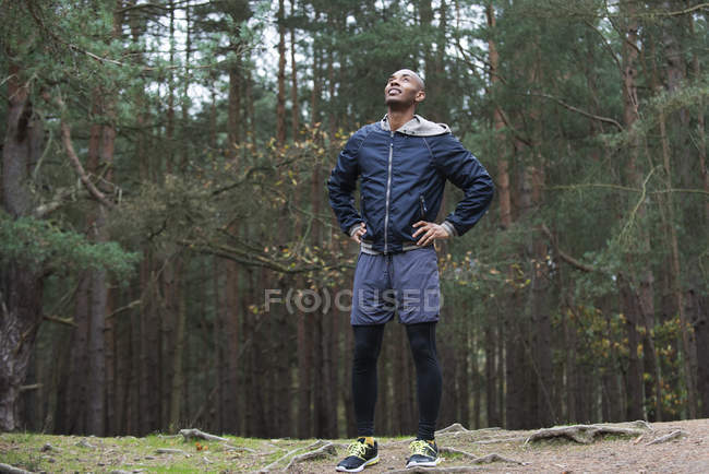 Молода людина, насолоджуючись ліс навколишнього середовища. — стокове фото