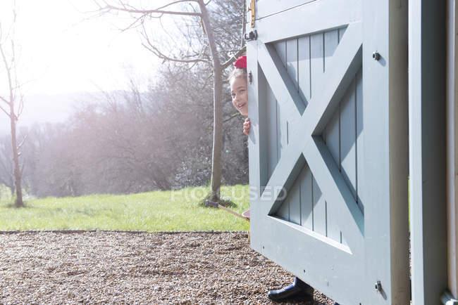 Девушка, стоящая у задней двери — стоковое фото