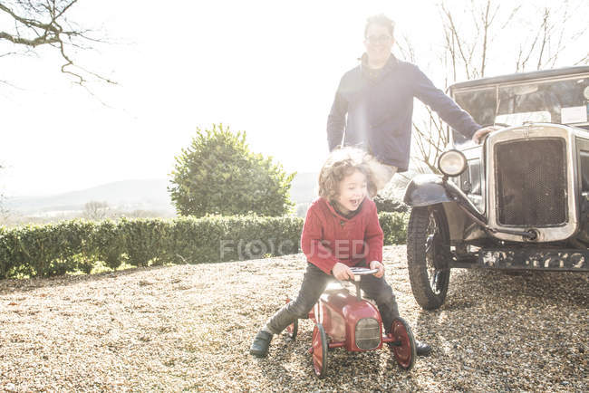 Junge sitzt auf Spielzeug-Traktor — Stockfoto