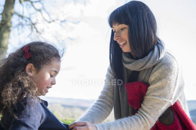 Mère et fille jouissant début printemps — Photo de stock