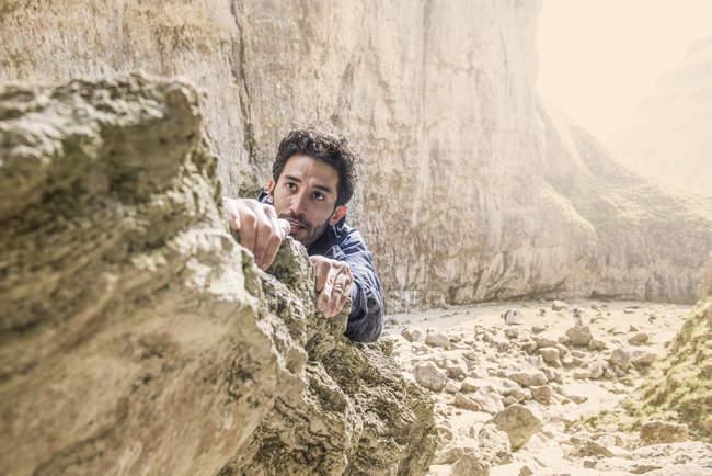 Bergsteiger klettern über die Felsen in unwegsamem Gelände — Stockfoto