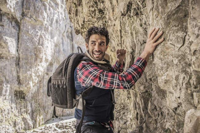 Traversierende Felsvorsprung Bergsteiger — Stockfoto