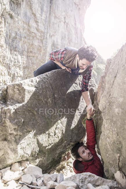 Bergsteiger, die gegenseitige Hilfe bei schwierigen Aufstieg — Stockfoto