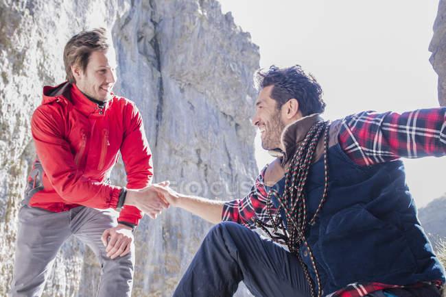 Bergsteiger ausruhen und sprechen während der Aufstieg — Stockfoto