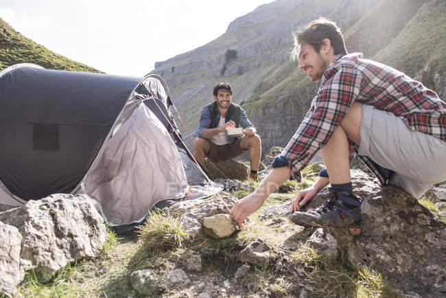 Montanhistas tendo refeição no acampamento base — Fotografia de Stock