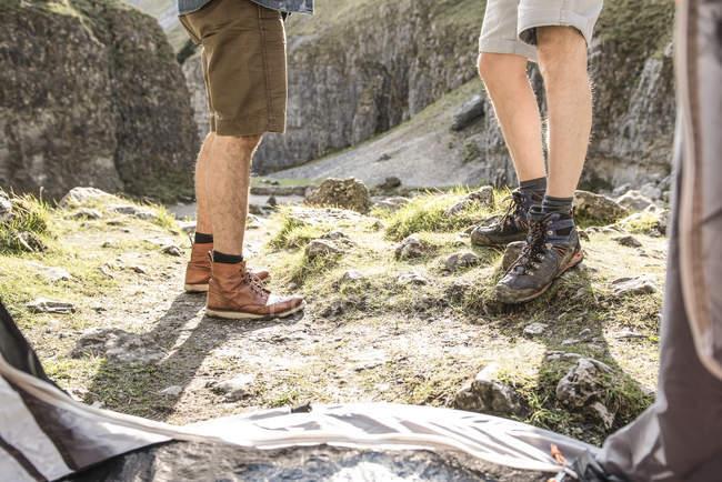 Ноги мужчин от внутри палатки — стоковое фото