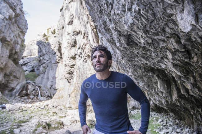 Bergsteiger steht in unwegsamem Gelände — Stockfoto