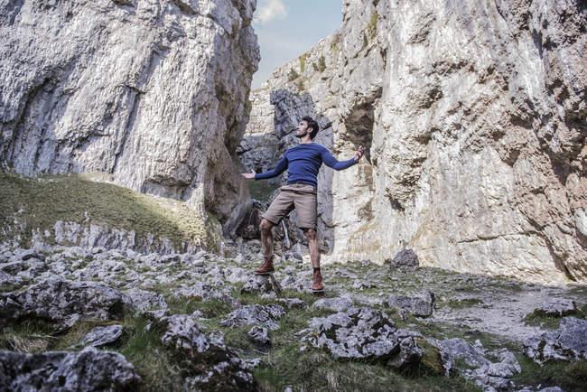 Человек с руками в воздухе — стоковое фото