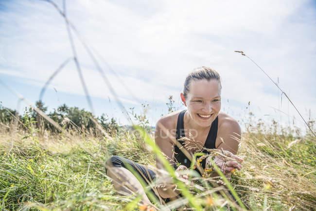 Femme dans Prairie de pratiquer l'yoga — Photo de stock