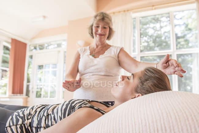 Guaritore spirituale che lavora con cliente femminile — Foto stock