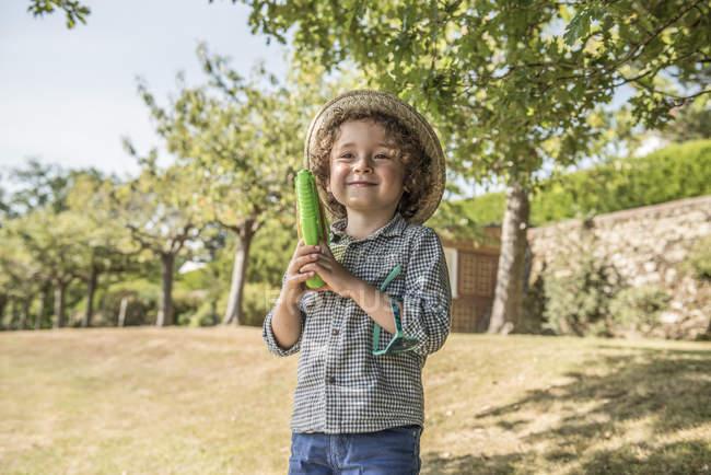 Хлопчик грає з води пістолет — стокове фото