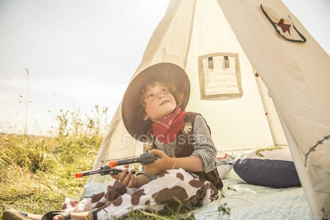 Chico juega vaqueros y los indios fuera - foto de stock