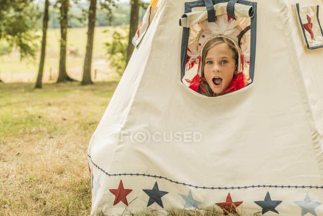 Jeune fille assise dans wigwam — Photo de stock