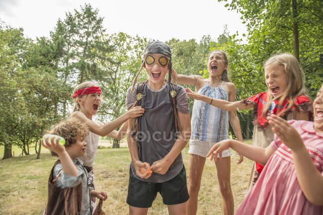 Дети играют игры вне Сад — стоковое фото