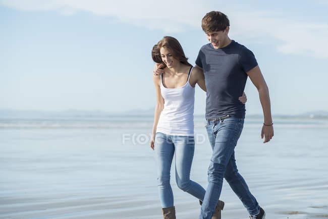 Пара наслаждается летним днем на пляже — стоковое фото