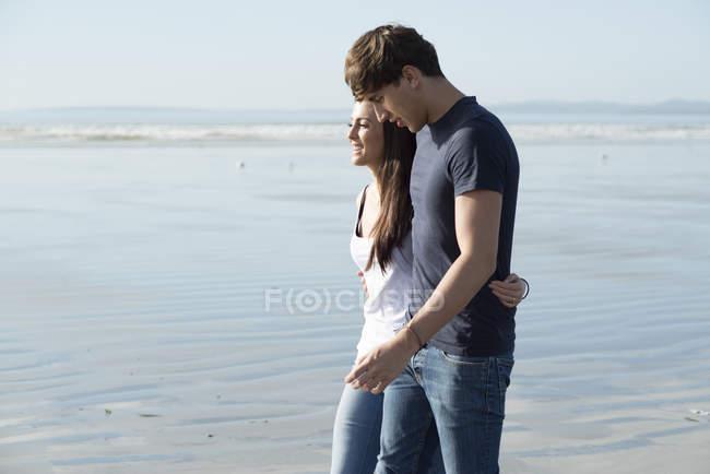 Пара, насолоджуючись літній день на пляжі — стокове фото