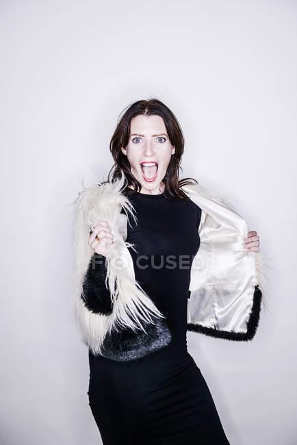 Mulher posando em estúdio — Fotografia de Stock